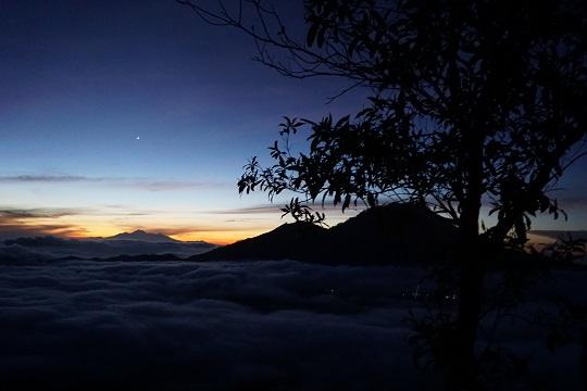 wir mussten im Dunkeln mit Taschenlampen den Berg erklimmen