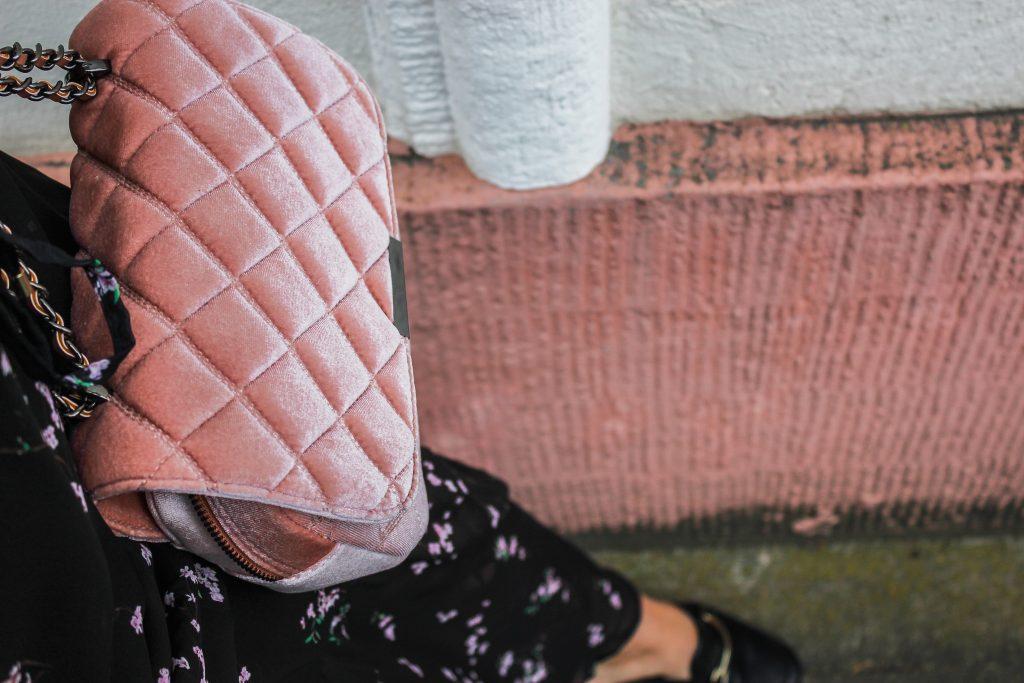 rosa-samthandtasche-samt-reserved-fashionforffranzy-ffranzy-fashionblogger